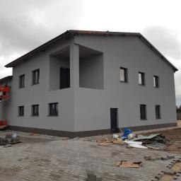 Realizacja warsztatu samochodowego wraz budynkiem mieszkalnym - bramy przemysłowe, okna, rolety, drzwi zewnętrzne.