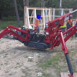 Montaż dużych przeszkleń przy użyciu specjalistycznego robota.