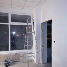 Podwieszany sufit wraz ze ścianką działową