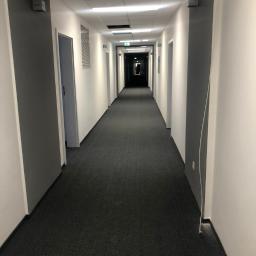 korytarz wykończenie ścian, położenie wykładziny, podwieszany sufit