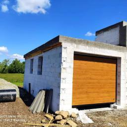Kupno i montaż bramy garażowej w nowo wybudowanym domku jednorodzinnym.