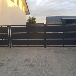 Brama skrzydlowa panelowa . Ocynkowana i malowana proszkowo