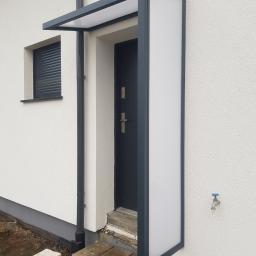 Zadaszenie nad drzwi ocynkowane i malowane proszkowo, z wypełnieniem z płyty komorowej