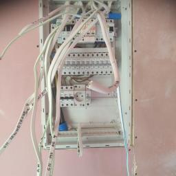skrzynka elektryczna w trakcie prac