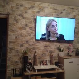 przerobienie instalacji elektrycznej tak aby telewizor wisiał na ścianie , dodatkowo cegiełka moja praca