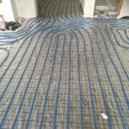 ogrzewanie podłogowe w tym przypadku z rurki niebieskiej gumowej samo odkształcalnej