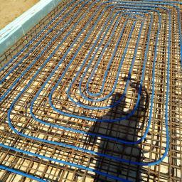ogrzewanie podłogowe wykonane bezpośrednio na drutach zbrojeniowych