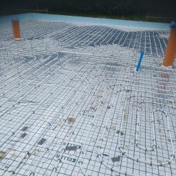 instalacja podłogowa wykonana na płycie gdzie jeszcze nie ma budynku