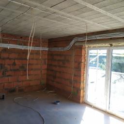 Montaż instalacji podtynkowej w bruździe wraz z odpływami skroplin w domu jednorodzinnym.