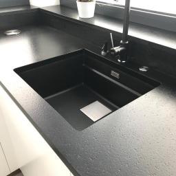 Blat z granitu Absolut Black ,powierzchnia satyna ,zlew podwieszany, bateria dozownik i korek mocowany w blacie