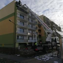 Podnośnik 30 m - praca na elewacji bloku mieszkalnego Łódź.