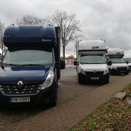 Nasze pojazdy wraz z kierowcami na zasłużonym odpoczynku. Na pierwszym planie 10 paletowe Renault Master.