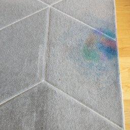Dywan pobrudzony przez dzieci barwnikami