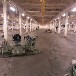 Posadzka Przemysłowa w trakcie zacieranie powierzchni 1830 metrów kwadratowych