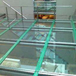Wykonujemy szkło na podłogi hartowane laminowane z nadrukiem anty poślizgową.