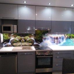 Wykonujemy panele szklane do kuchni z grafiką lub jednobarwne  na szkle opti white hartowane pod każdy wymiar.