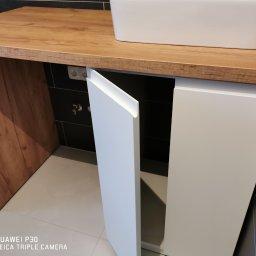 Szafka łazienkowa  fronty lakier biały mat blat i noga płyta gotowa pokryta lakierem bezbarwnym dla ochrony przed wodą
