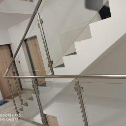 Balustrada schodowa na słupkach z Aluminium , wypełnienie szklane .