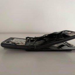 Zdjęcie telefonu klientki z którego udało odzyskać się 100GB danych. Telefon złamany, po wybuchu baterii.