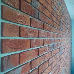 Kontynuacja płytek cementowych  imitujących cegłę w miejscu gdzie będzie tv.