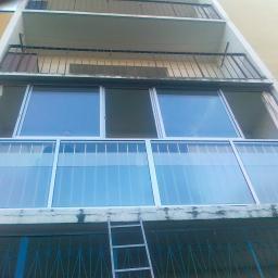 Zabudowany mały balkon