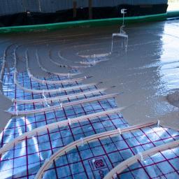 Jastrych cementowy czy anhydrytowy w realizacjach ogrzewania podłogowego