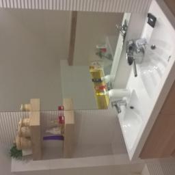 podwójna umywalka i półki z gresu podłog.