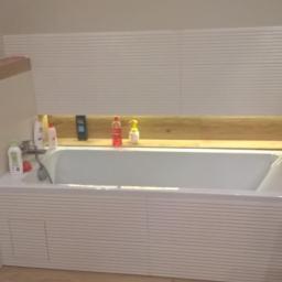 Podświetlana półka przy wannie