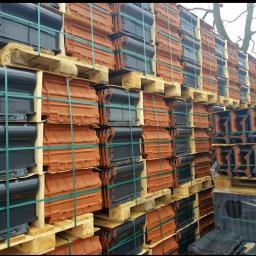 """Dachówka ceramiczna TITANIA Dostępna od ręki. Duży wymiar dachówki pozwala na zmniejszenie kosztów oraz zwiększenie szybkości krycia. Najwyższa szczelność dzięki zastosowaniu aż pięciu zapór wodnych i specjalnej techniki """"labiryntowej"""""""