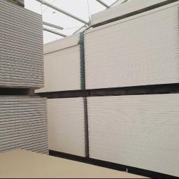 Płyta kartonowo-gipsowa, Płyta G-K Płyty karton-gips świetnie nadają się do wyrównania powierzchni, łatwo można zbudować sufit, ściany działowe, szafy, służą do wszelkich zabudów np.zabudowa wanny.